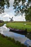 Gammalt väderkvarn och fartyg på kanalen Arkivbilder