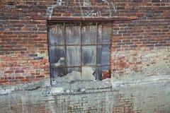 gammalt väggfönster för tegelsten Fotografering för Bildbyråer