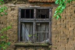 gammalt väggfönster för tegelsten royaltyfri bild