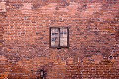gammalt väggfönster för tegelsten Arkivfoto