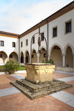 Gammalt väl i mitten av kloster royaltyfri fotografi
