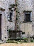 Gammalt väl inom den Bracciano slotten, också som är bekant som Castello Orsini - Odescalchi rome Royaltyfri Bild