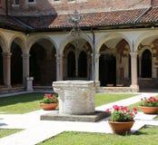 Gammalt väl inom en kloster i den forntida kloster Royaltyfria Foton