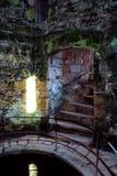 Gammalt väl på den Bodiam slotten Arkivfoton