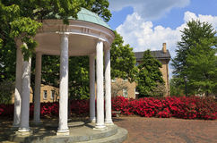 Gammalt väl på UNC Chapel Hill i våren Arkivbilder