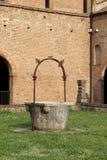 gammalt väl till mot efterkrav regnvatten i den Pomposa abbotskloster Royaltyfri Foto