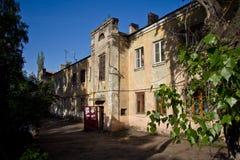 Gammalt våningshus för sovjet som två byggs av tyska fångar efter världskrig II i den sena 40 `en s och tidigt 50 ` s Arkivbild