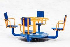 Gammalt vagga för järnkarusell som är tomt i vinter Fotografering för Bildbyråer