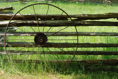 gammalt vagnhjul för metall arkivfoto