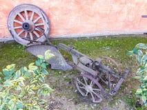 Gammalt vagnhjul och lantgårdverktyg Arkivbilder