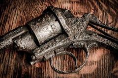 Gammalt vapen på trätabellen Fotografering för Bildbyråer