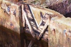 gammalt vatten för port Arkivbilder