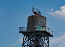 Gammalt vattentorn av en pappers- fabrik royaltyfria foton