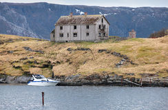 Gammalt övergett grått trähus i Norge Arkivfoton