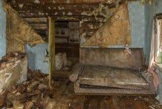 gammalt ?vergivet lantbrukarhem Soffan i rummet Fördärva och smuts arkivfoto