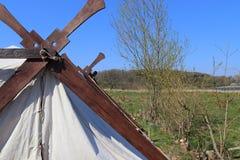 Gammalt vikings tält som framme göras av torkduken och trä av en blå himmel arkivbild