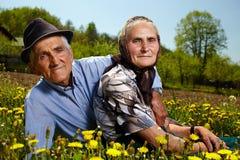Gammalt vila för par som är utomhus- Royaltyfri Foto