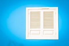 Gammalt vitt fönster i udde Varde royaltyfria bilder