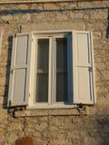 Gammalt vitt fönster med slutare royaltyfri fotografi