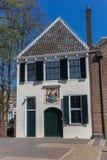 Gammalt vitt hus i mitten av Utrecht arkivbilder