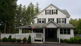 Gammalt vitt hus i trän Arkivfoto