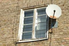 Gammalt vitt träfönster och satellit- maträtt Royaltyfri Fotografi