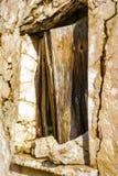 Gammalt wodden fönsterslutaren av det traditionella huset i byn Chamaitoulo, Kreta, Grekland Royaltyfri Foto