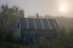 Gammalt wood hus i dimmigt landskap Royaltyfri Foto