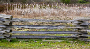 Gammalt wood staket i landssida Royaltyfria Bilder