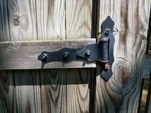 Gammalt wood staket med det svarta gångjärnet Royaltyfria Bilder