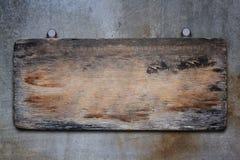 Gammalt Wood tecken på konkret bakgrund Royaltyfria Bilder