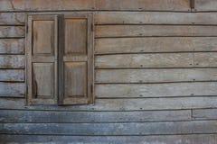 Gammalt wood vägg och fönster Royaltyfri Fotografi