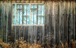 Gammalt wood vägg och utsidafönster Arkivfoto