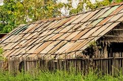 Gammalt zinktak, hem av bonden i Thailand Arkivbild