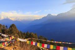 Gamme de montagne d'Annapurna et de l'Himalaya avec la vue de lever de soleil de Poo Image stock