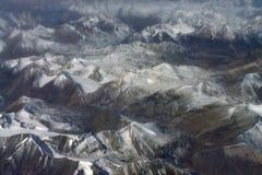 Gamme di alta montagna e valli profonde di fotografare canna da pesca: i picchi innevati dei ghiacciai, montagne allinea la r mar Fotografie Stock Libere da Diritti