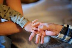 Gammelmormodern och behandla som ett barn händer Royaltyfri Bild