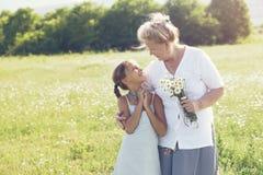 Gammelmormor och sondotter Arkivfoto