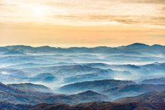 Gammes des montagnes bleues au coucher du soleil Photographie stock