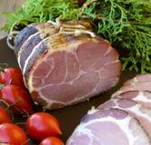 Gammon-ham met tomotoes en jeneverbes Stock Foto