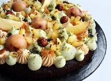 Ganache de los pistachos, avellana, crema batida de la manzana y torta del merengue imagen de archivo libre de regalías