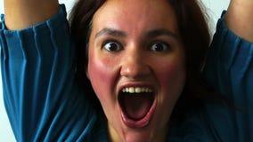 Ganador éxito Animar que ganaba de la mujer y la celebración de su triunfo acertado excitaron aumentan para arriba las manos Jóve almacen de metraje de vídeo