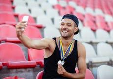 Ganador con las medallas que hacen el selfie Concepto de la victoria foto de archivo