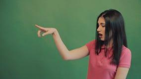 Ganador, concepto del éxito Mujer extática feliz que celebra el grito acertado Fondo verde, verano almacen de video