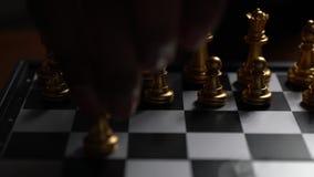 Ganador de oro de la estrategia del juego de ajedrez en el tablero de ajedrez almacen de video
