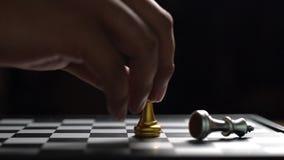 Ganador de oro de la estrategia del juego de ajedrez en el tablero de ajedrez metrajes