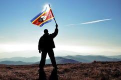 ganador del hombre que agita la bandera de Swazilandia fotografía de archivo libre de regalías