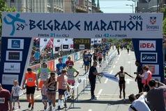 Ganador del maratón para la mujer imagenes de archivo
