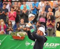 Ganador del tenis que aumenta su trofeo Imágenes de archivo libres de regalías