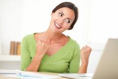 Ganador femenino emocionado que hojea el web Imágenes de archivo libres de regalías